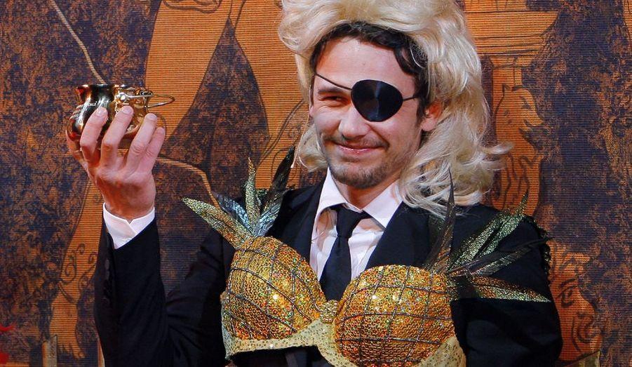"""L'acteur James Franco a été élu homme de l'année 2009, par le Hasty Pudding Theatricals de l'Université d' Harvard. Établi dans la prestigieuse université de Cambridge dans le Massachusetts, le Hasty Pudding Theatricals est la plus ancienne société estudiantine de théâtre des États-Unis. Réputée pour son goût du burlesque, """"The Pudding"""" décerne chaque année, dans une ambiance décalée, le prix de la femme et de l'homme de l'année à des comédiens. La semaine dernière, Renée Zellweger a remporté le prix féminin."""