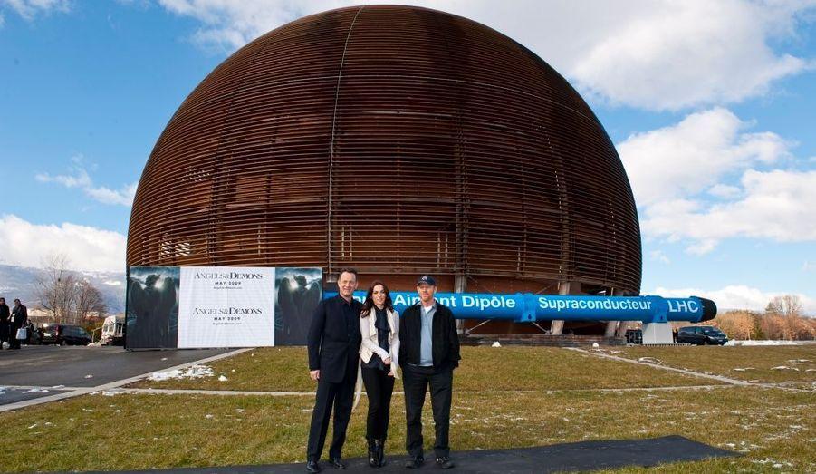 Le Centre européen de la recherche nucléaire a reçu jeudi la visite d'Ayelet Zurer (c) et Tom Hanks (g), les deux acteurs d'Anges & Démons, ainsi que son réalisateur Ron Howard (d). Une partie de la suite du Da Vinci Code a été tournée au CERN, situé à la frontière franco-suisse. Le centre abrite le plus grand accélérateur de particule du monde, le LHC qui cherche à percer les secrets de l'antimatière.