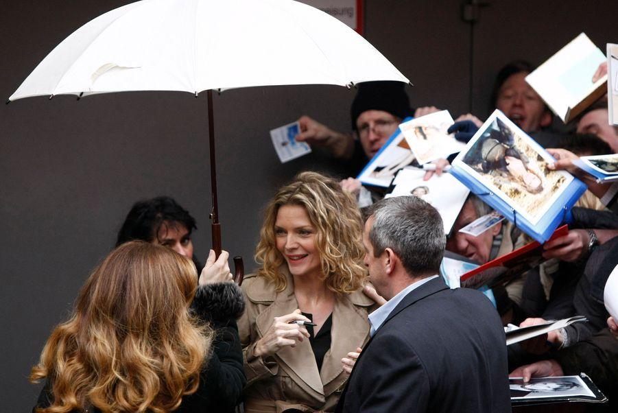 """L'actrice américaine Michelle Pfeiffer, révélée il y a près de trente ans dans The Hollywood Knights de Floyd Mutrux, a été assaillie par les fans à son arrivée au Festival de Berlin. Parmi les films les plus attendus de cette Berlinale 2009 figurent en effet """"Chéri"""", de Stephen Frears, d'après Colette."""