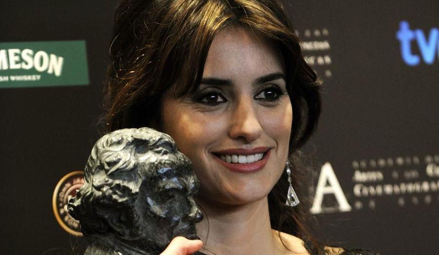 """L'actrice espagnole a reçu le """"Goya"""" du meilleur second rôle féminin pour sa prestation dans """"Vicky Cristina Barcelona"""", de Woody Alen. ELle pose ici lors de la cérémonie organisée par l'Académie du cinéma espagnol, à Madrid le 1er février."""