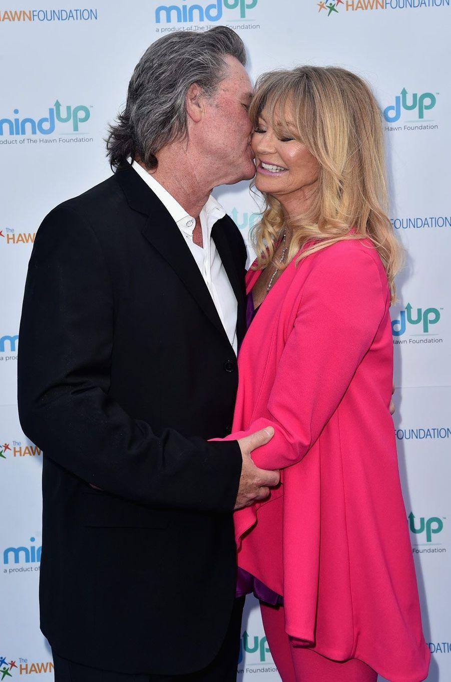 Moment de tendresse entre Kurt Russell et Goldie Hawn