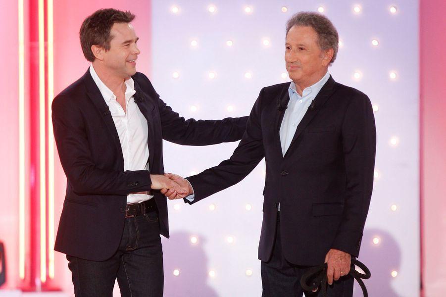 """Michel Drucker accueille Guillaume de Tonquédec, lors de l'enregistrement de """"Vivement Dimanche"""", le 10 septembre 2014."""