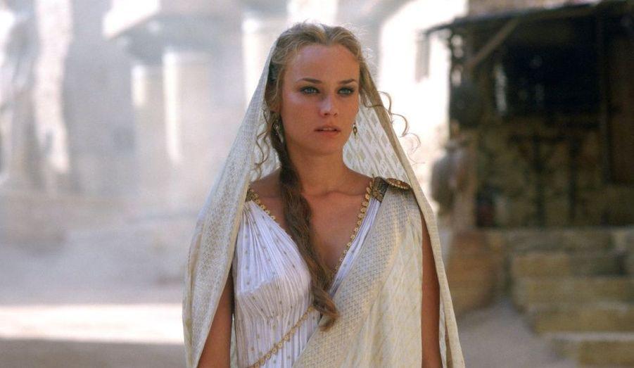 Polyglotte - elle parle l'Allemand, le Français et l'Anglais-, Diane Kruger part à l'assaut d'Hollywood et décroche le rôle d'Hélène de Troie, dans le film du même titre.