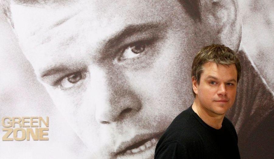 """Matthew """"Matt"""" Damon est un acteur et scénariste américain né le 8 octobre 1970. Il a vu le jour à Cambridge dans le Massachusetts - ce qui a fait de lui un fan inconditionnel de l'équipe de baseball des Red Sox de Boston, capitale de l'État. Matt Damon a également fait ses études à la prestigieuse université d'Harvard, située dans sa ville de naissance."""