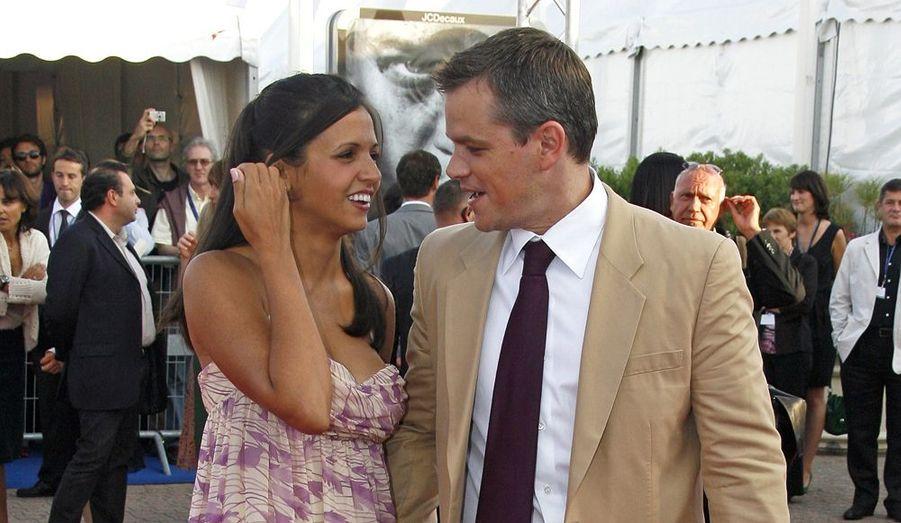 """Après avoir entretenu des relations avec Minnie Driver (sa partenaire à l'écran dans """"Will Hunting"""") et Winona Ryder, Matt Damon rencontre en 2003 Luciana Bozán Barroso. Il tourne alors """"Deux en un"""" des frères Farrelly à Miami où la jeune femme, née en Argentine est barmaid. Il l'épouse en 2005 et adopte la fille de Luciana, Alexia, née d'une précédente union. Le couple aura par la suite deux filles, Isabella (2006) et Gia Zavala (2008)."""