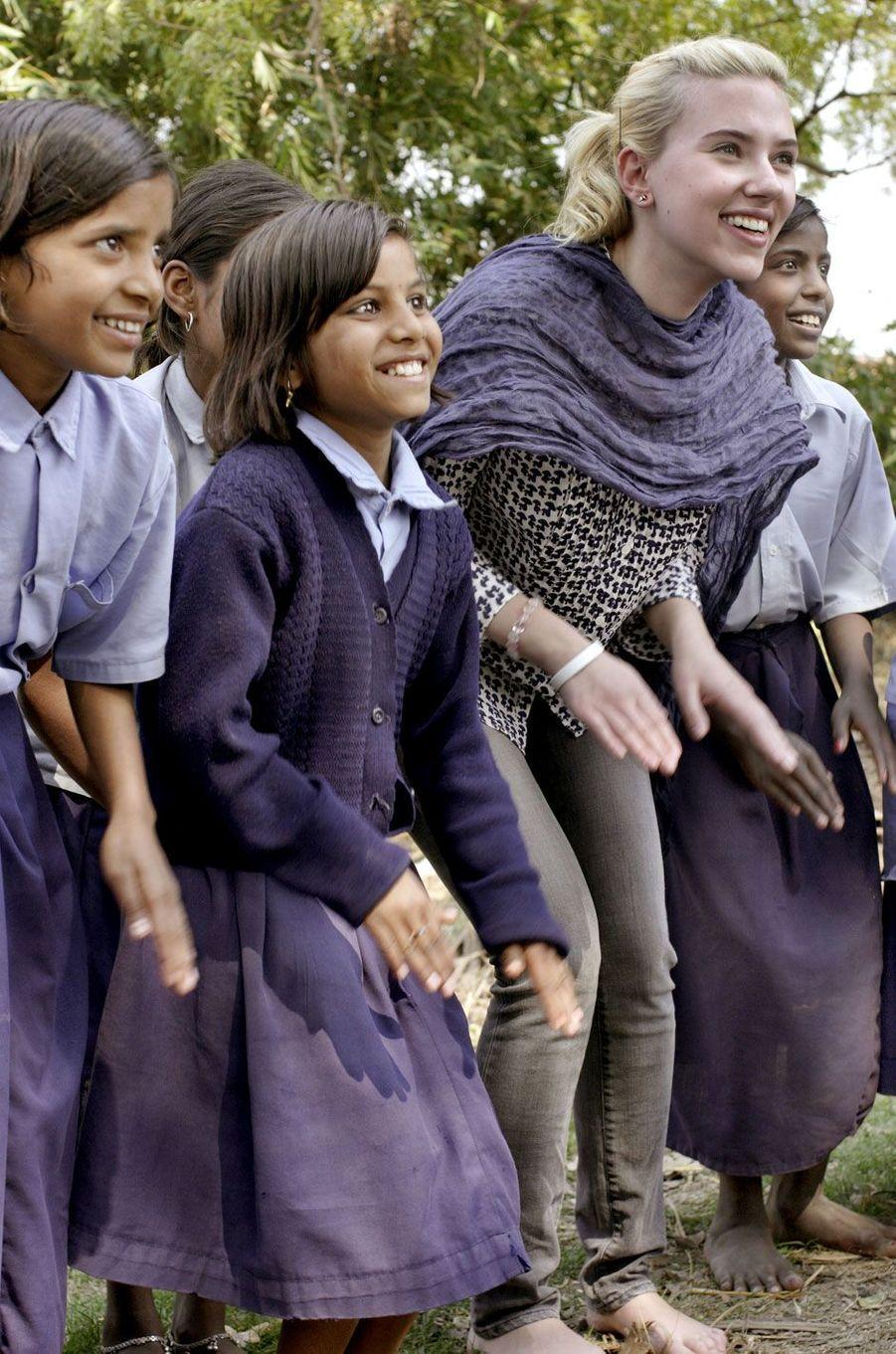 Scarlett Johansson en voyage humanitaire en Inde.