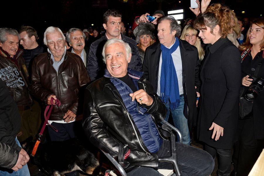 Jean-Paul Belmondo avec Claude Lelouch, Charles Gérard et Daniel Russo à l'inauguration du village de Noël des Champs Elysées à Paris, le 14 no...