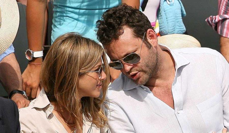 """Jennifer Aniston va se marier! L'heureux élu est évidemment son petit ami depuis plus d'un an, Justin Theroux. L'acteur, qui a soufflé ses 41 bougies vendredi, et a rejoint sa dulcinée à Wilmington, en Caroline du Nord, où elle tourne """"We're the Millers"""", en a profité pour lui faire sa demande, a révélé People.com hier. Après des années entre célibat et amourettes passagères, celle que l'on appelait la """"célibattante"""", aujourd'hui âgée de 43 ans, a enfin trouvé chaussure à son pied.Après sa rupture avec Brad Pitt, Jen a connu sa première idylle officielle avec l'acteur Vince Vaughn, qui a duré un peu plus d'un an. Ironie du sort, les deux tourtereaux s'étaient rencontrés sur le tournage du film """"La Rupture"""". Depuis, l'acteur s'est marié avec Kyla Weber en janvier 2010."""