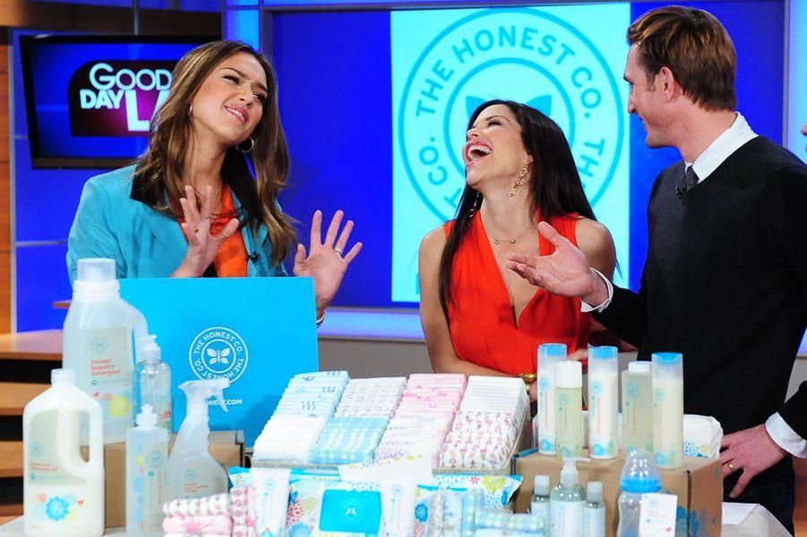 Jessica Alba présentant les produits de son entreprise dans l'émission Good Day le 25 janvier 2012.