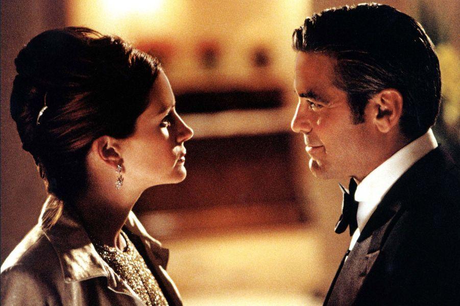 """Julia Roberts et George Clooney sur le tournage de """"Ocean's Eleven"""", en 2001"""