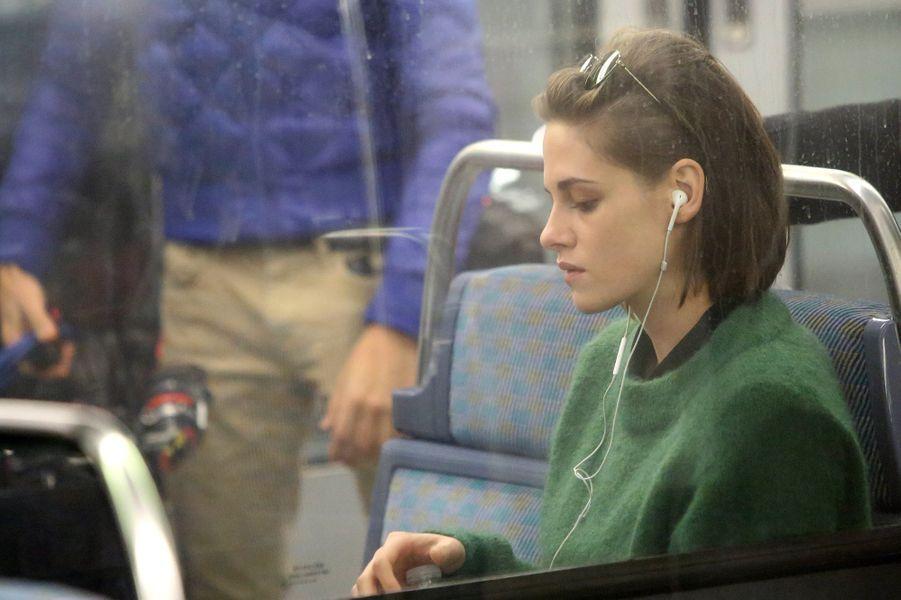 """Ce jeudi, Kristen Stewart a emprunté la ligne 14 du métro parisien (ici station Olympiades) pour le film """"Personal Shopper"""" d'Olivier Assayas."""