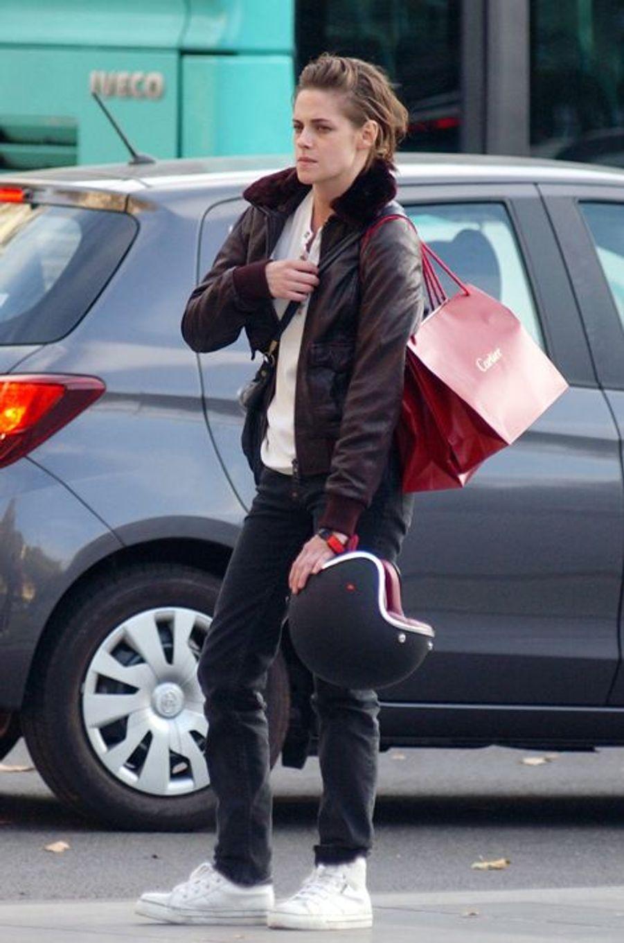 """Cette semaine, Kristen Stewart est à Paris pour le film """"Personal Shopper"""" d'Olivier Assayas."""