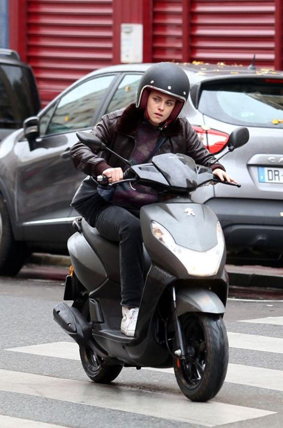 """Mercredi, Kristen Stewart était Place de la République pour le film """"Personal Shopper"""" d'Olivier Assayas."""