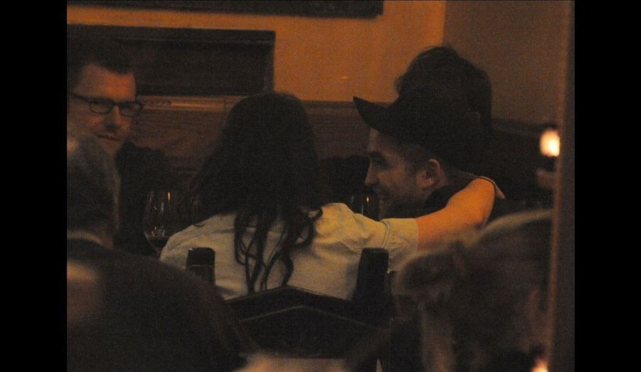 Robert Pattinson et Kristen Stewart au restaurant italien Sardegna a Tavola à Paris, le 3 mars 2012.