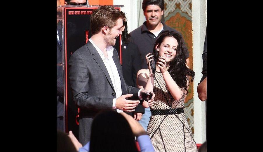 Les acteurs se sont amusés en prenant leurs empreintes au Grauman Chinese Theatre d'Hollywood, le 3 novembre 2011.