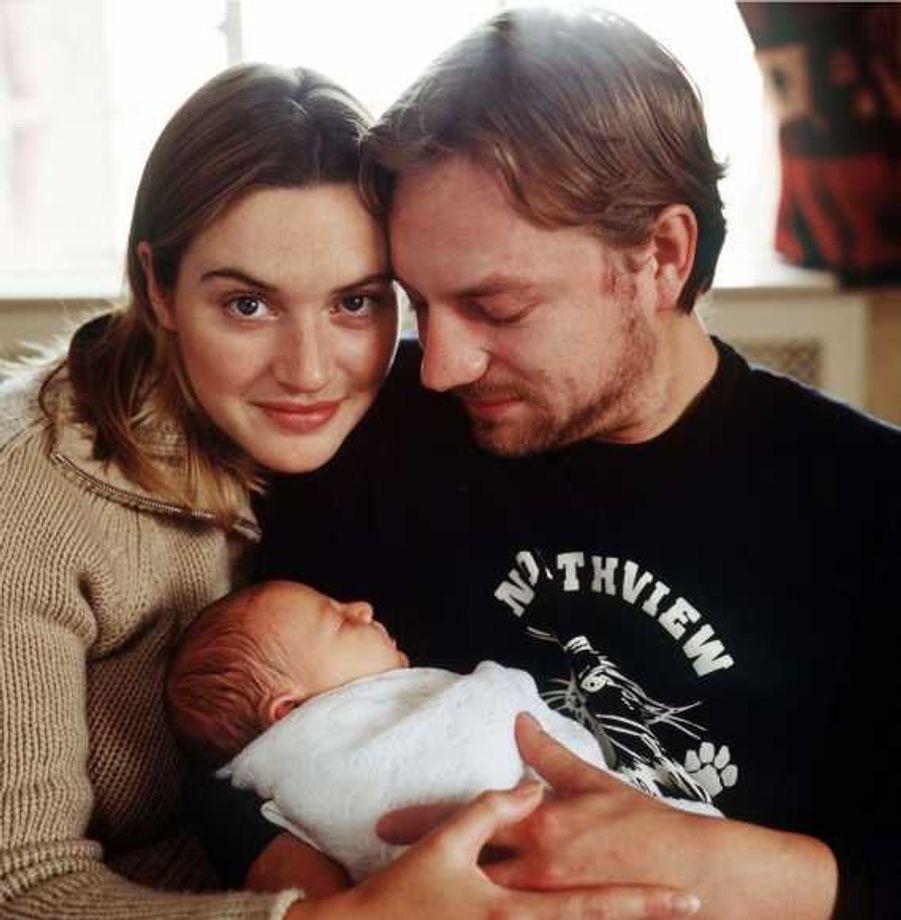 """Kate Winslet et Jim Threapleton se sont rencontrés sur le tournage de """"Marrakech express"""", et mariés le 22 Novembre 1998 à Reading, la ville natale de l'actrice. Le couple a eu une fille, Mia Honey Threapleton, le 12 octobre 2000, puis a divorcé en décembre 2001"""