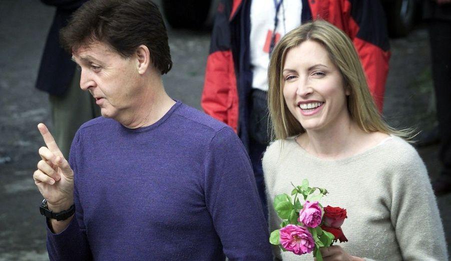 Auparavant, le Beatle avait épousé (en 2002) l'ancien mannequin Heather Mills. Deux ans après la naissance de leur fille Béatrice en 2003, le couple s'est séparé avec perte et fracas.