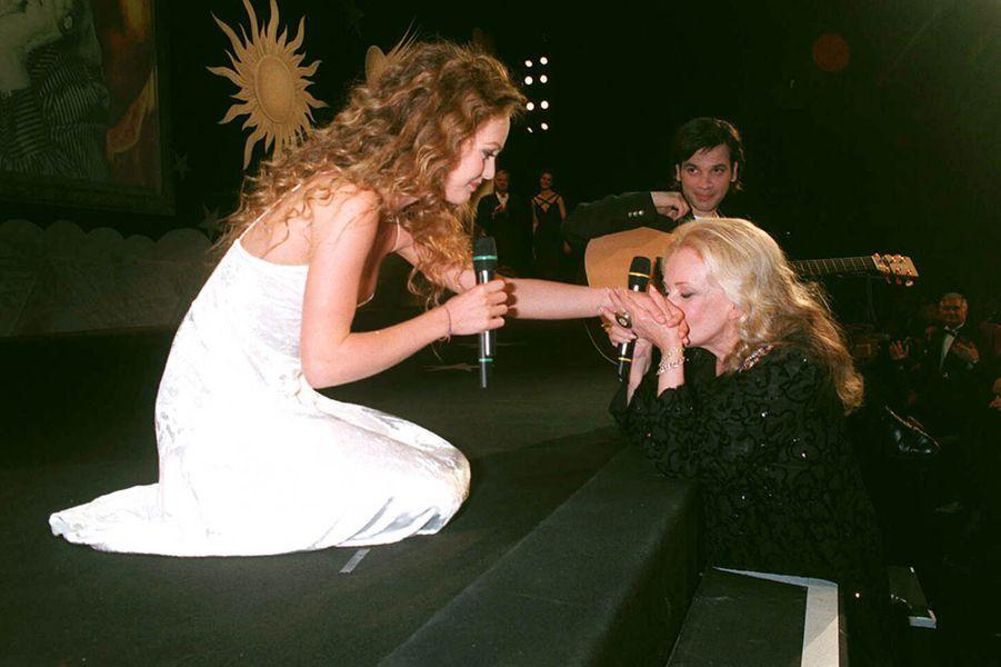 """Vanessa Paradis interprète """"Le tourbillon de la vie"""" au Festival de Cannes en 1995"""