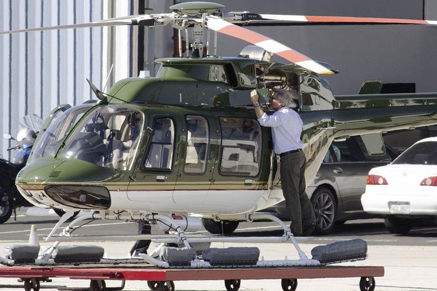 Harrison Ford monte à bord de son Hélicoptère Bell