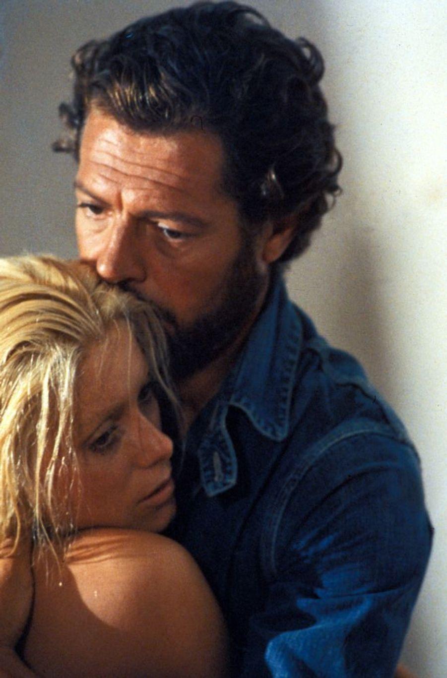 """Ils se rencontrent en 1971 sur le tournage de """"Liza"""" de Marco Ferreri. Ils tourneront cinq films ensemble. En 1972,Catherine Deneuve donne naissance à leur fille, Chiara Mastroianni. Le couple se sépare en 1975, mais restent bons amis.Catherine sera ainsi au chevet de Marcello, au moment de sa mort du cancer en 1996.Film : """"Liza"""", 1972"""