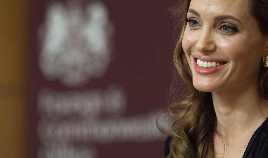 """C'est surtout à son contrat avec Louis Vuitton qu'elle doit sa fortune en 2011, et à son image de manière générale. L'actrice a en effet fait 78 couvertures de magazines entre mai 2011 et mai 2012. Elle a par ailleurs réalisé son premier film, """"Au pays du sang et du miel""""."""