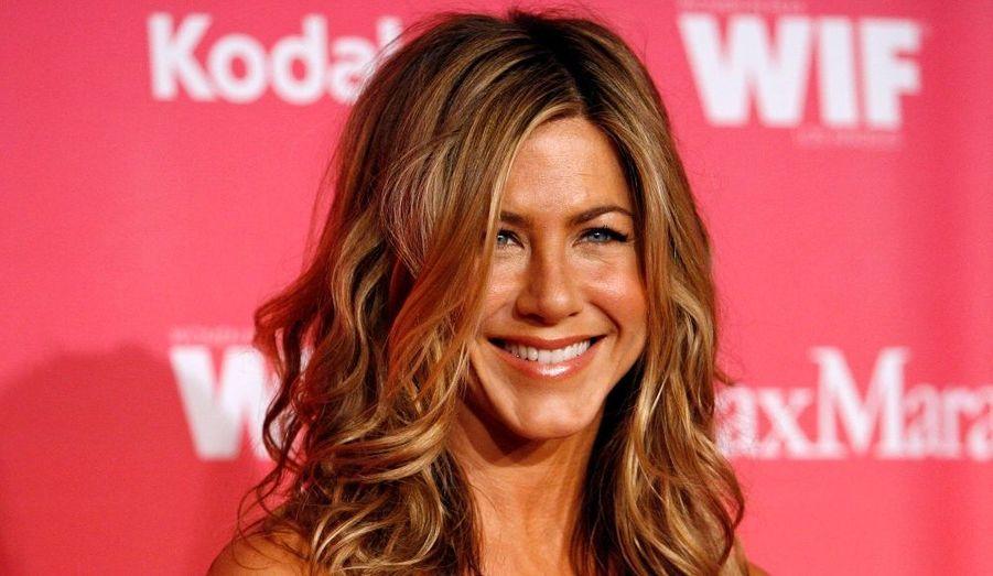 """L'ex héroïne de la série """"Friends"""" s'est imposée en quelques années comme une incontournable à Hollywood. Alors que ses anciens partenaires à l'écran rament pour faire leur trou à Hollywood, Jennifer Aniston enchaîne les tournages et ses films engendrent en moyenne vingt six fois plus d'argent que ne coute son salaire."""