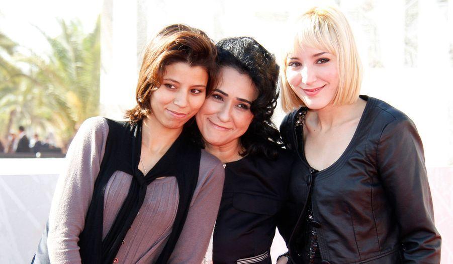 Les actrices marocaines Mouna Bahmad et Sarah Bitoui posent en compagnie de la réalisatrice Leila Kilani.