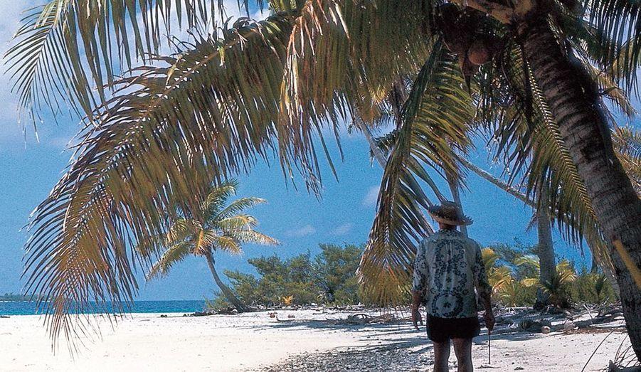 Un homme seul face au Pacifique Brando dans son « uniforme » d'îlien, chemise et short.« Waltzing with Brando», de Bernard Judge, éd. Oro.