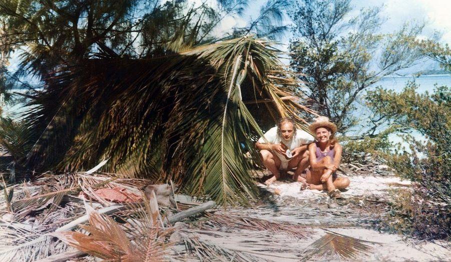 On n'a jamais vu Brando aussi souriant. Il a choisi ce concentré de paradis découvert lors du tournage des « Révoltés du Bounty » en 1961, à 50 kilomètres au nord de Tahiti. Le jeune acteur est frappé d'un double coup de foudre. Pour Tarita, qui lui donnera deux enfants. Pour la Polynésie, qui lui a offert une seconde vie. Ces images d'un évident bien-être, on les doit à un architecte californien, Bernard Judge, venu passer quelques heures sur l'atoll en 1966 et qui y travaillera plusieurs années. En 1970, Marlon lui demande de l'aider à construire un hôtel pour abriter des amis, des paillotes à la tahitienne cachées sous les palmes. Aujourd'hui, c'est le fils de Marlon et de Tarita, Simon Teihotu Brando, qui détient les clés de cet éden. Avec de nouvelles ambitions : un hôtel de luxe tout écolo qui devrait ouvrir l'année prochaine.Pique-nique avec Jenny, la femme de son ami Paul Faugerat. Marlon dormait souvent à la belle étoile.