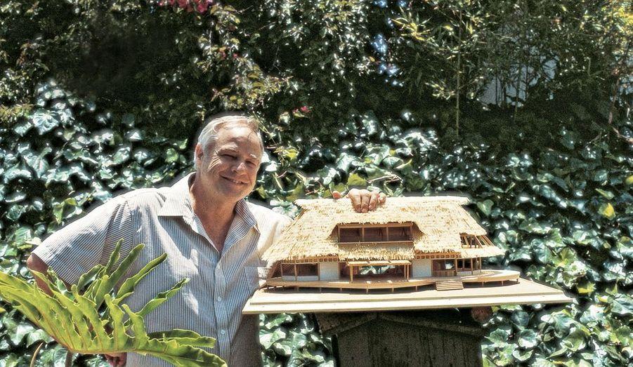 1983, Marlon pose devant la maquette de la « maison de ses rêves ».
