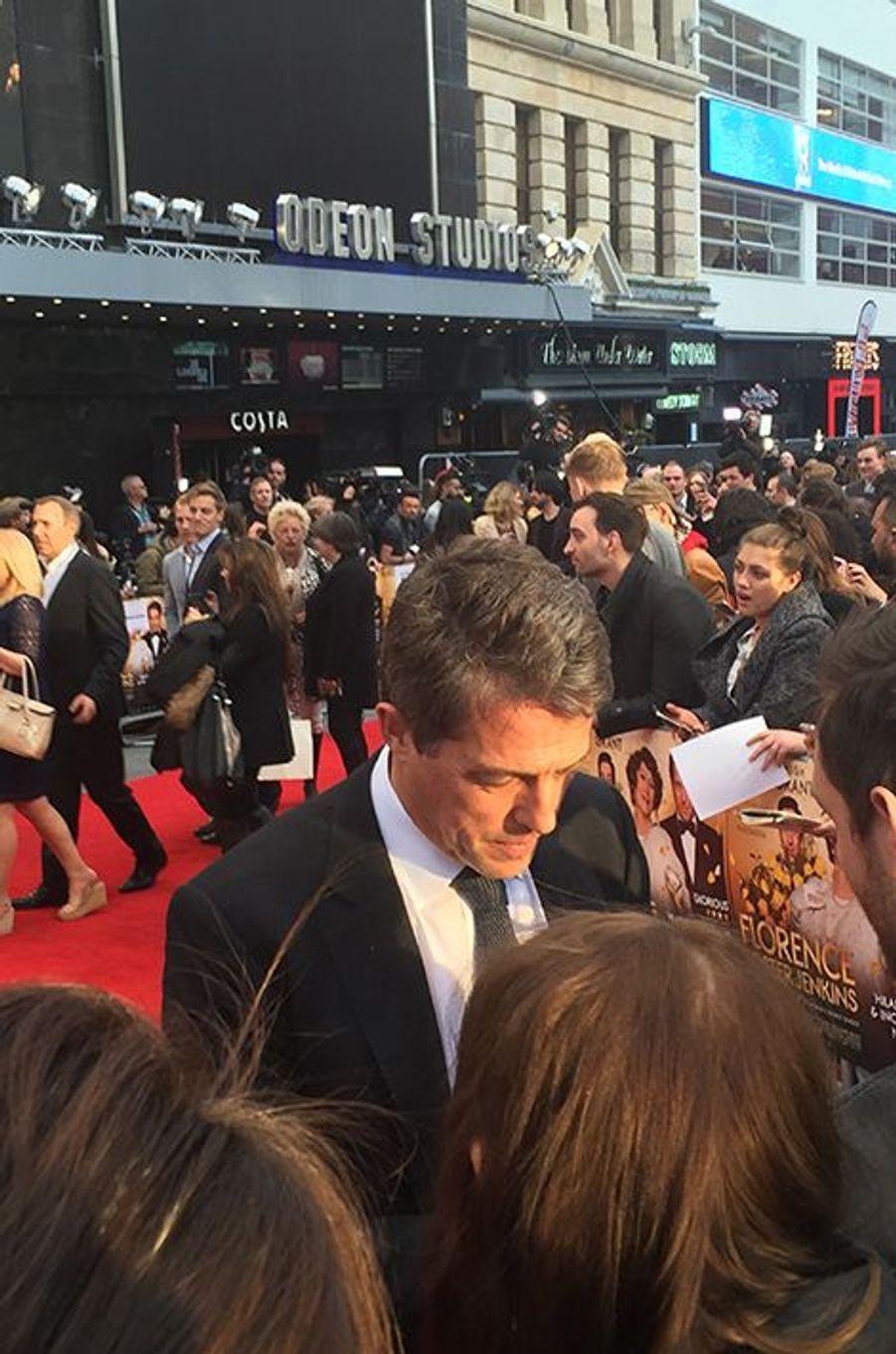 Hugh Grant signe des autographes avant la présentation du film