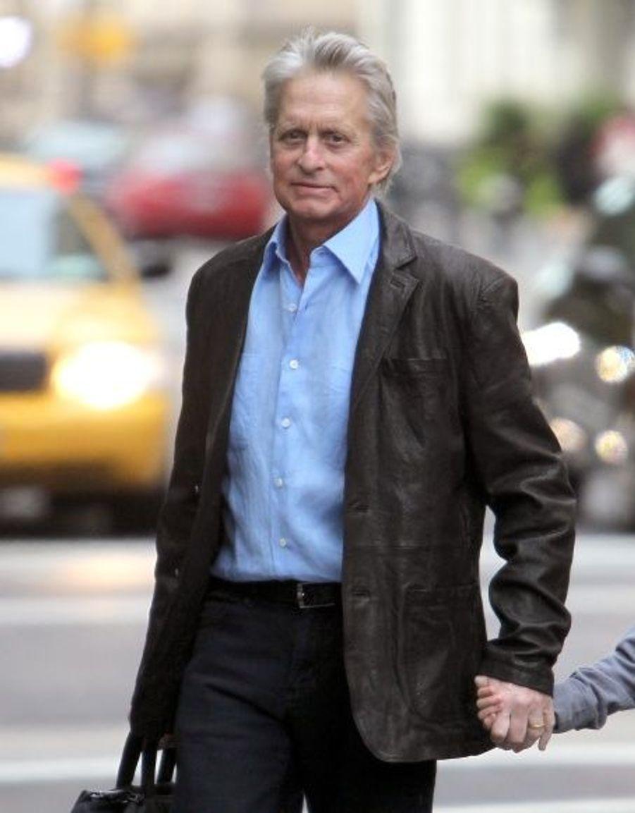 Allen Burry, l'agent de Michael Douglas, a annoncé la bonne nouveau au magazine People. Michael Douglas a bientôt fini son traitement et ses séances de chimiothérapie. Les derniers bilans de santé seraient rassurants.