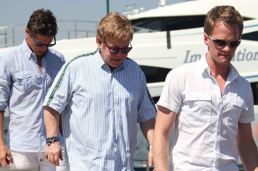 David Burtka et Neil Patrick Harris, avec leur ami Elton John, à Saint-Tropez, le 2 août 2010.
