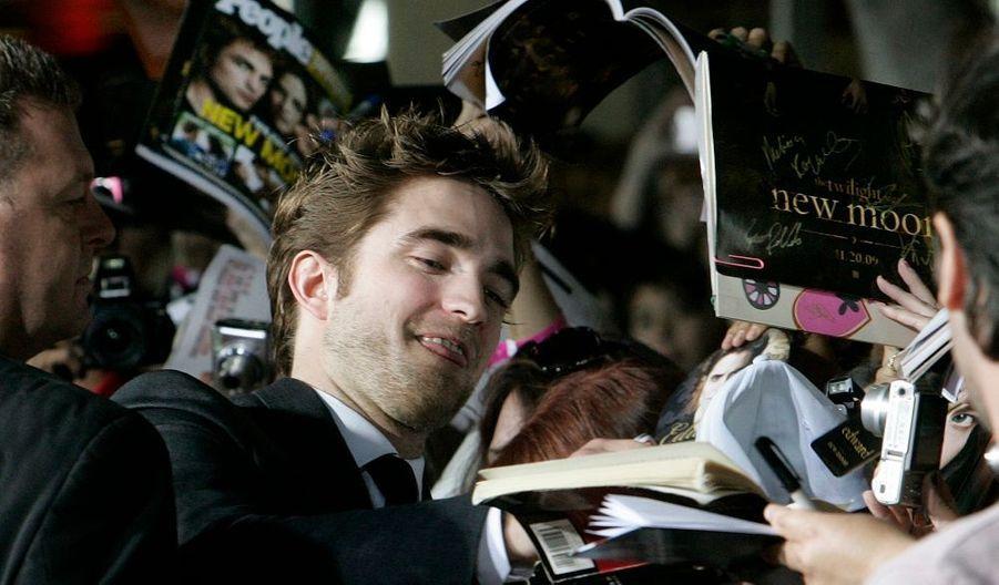 Robert Pattinson, le héros de la saga Twilight, dont le deuxième volet, intitulé New Moon, sortira mercredi prochain au cinéma, était à Los Angeles ce mardi pour la promotion du film. L'effet de sa venue est partout le même : ruée de fans hystériques...