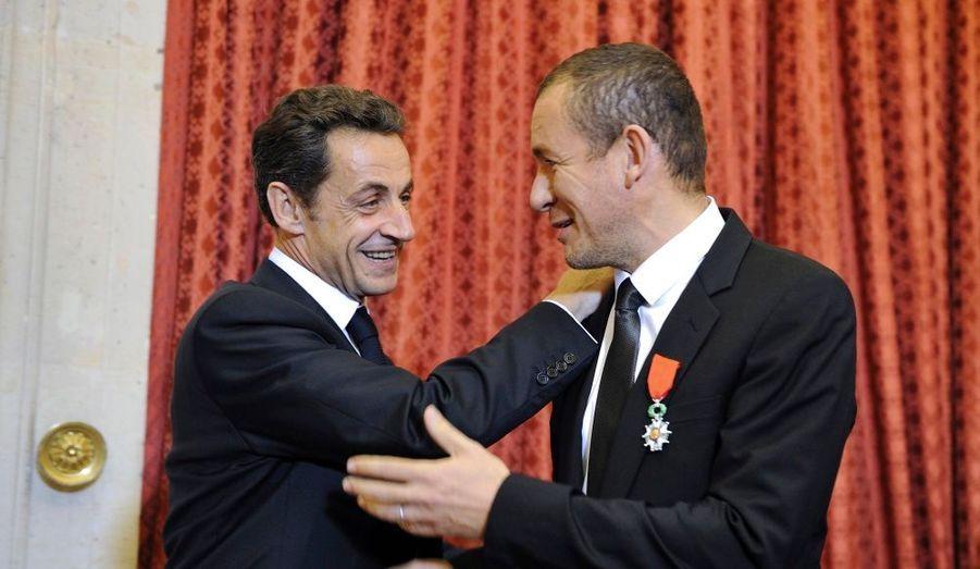 """Dany Boon, l'acteur et réalisateur de Bienvenue chez les Ch'tis a été fait Chevalier de la légion d'honneur, mardi. Nicolas Sarkozy lui a remis les insignes en expliquant que son film était une """"contribution au bonheur national brut""""."""