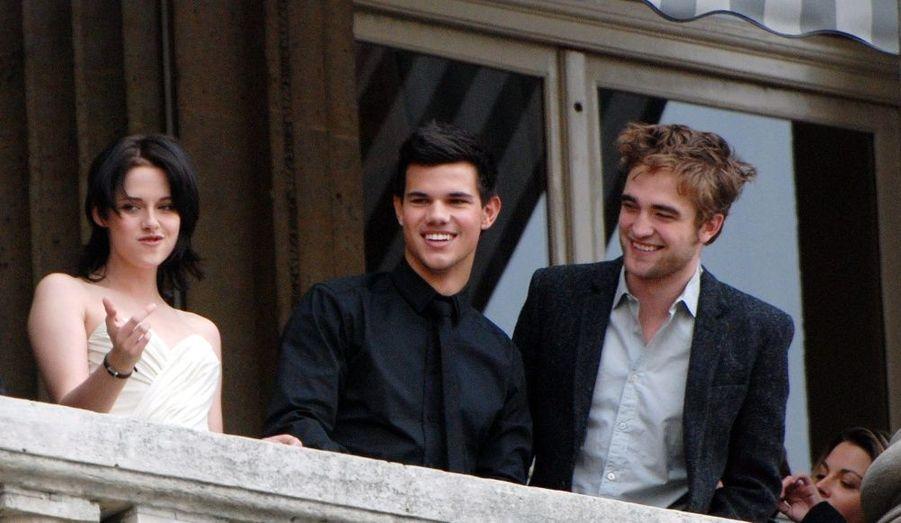 Le casting de Twilight - Chapitre 2: Fascination était au balcon de l'hôtel Crillon, mercredi. Kirsten Stewart, Robert Pattinson et Taylor Lautner avaient fait le déplacement pour le plus grand bonheur des fans.