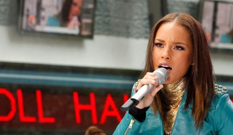 """Alicia Keys était ce matin à New York l'invitée de l'émission de NBC The Today Show, qui, grâce à ses """"Concert Series"""", propose au public d'assister en direct et en extérieur à des performances diverses. La chanteuse a interprété trois """"No One"""", """"Try Sleeping With A Broken Heart"""", et """"Empire State of Mind Part 2″. Elle a par ailleurs annoncé que lors du concert qu'elle donnera le 1er décembre au Nokia Theatre de New York à l'occasion de la journée mondiale de lutte contre le sida, elle lancerait une initiative humanitaire tout à fait originale."""