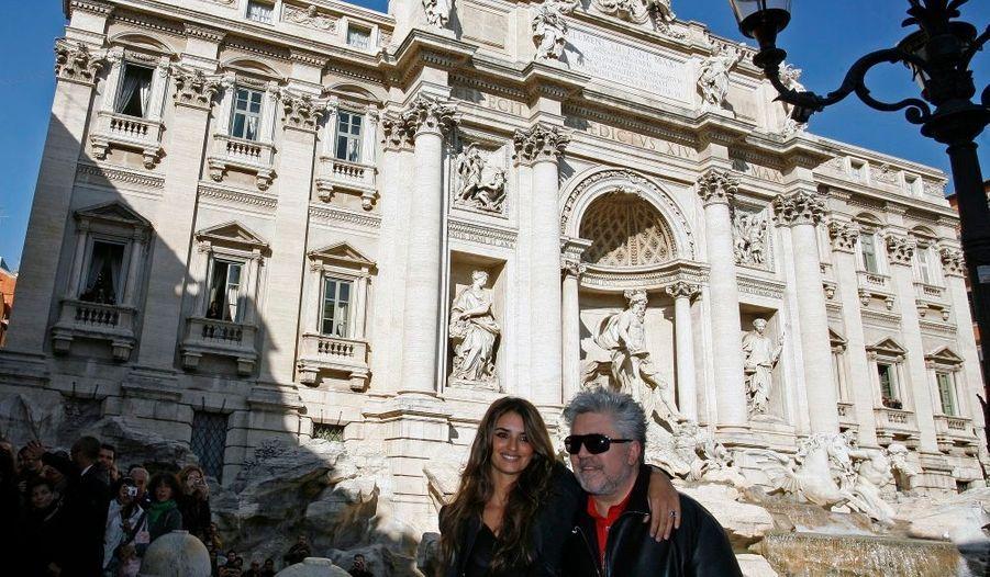 Penelope Cruz et son Pygmalion, Pedro Almodovar, à Rome, (ici devant la fontaine de Trevi) pour la promotion de leur film Etreintes brisées.