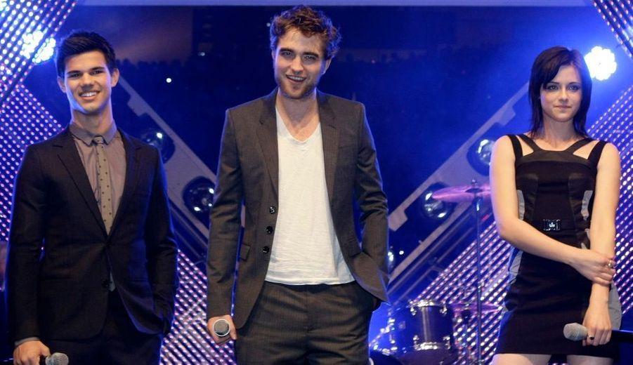 Robert Pattinson, Kristen Stewart et Taylor Lautner, les trois héros de la saga Twilight, dont le deuxième volet, intitulé New Moon, sortira mercredi prochain au cinéma, étaient à Munich dimanche pour le promotion du film. Une fois de plus, beaucoup de fans se sont pressés devant l'hôtel pour avoir une chance d'aperçevoir leurs idoles