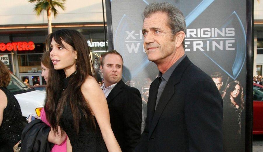 """Mel Gibson est défibitivement surnommé Octo-dad outre-Atlantique. Sa compagne, Oksana Grigorieva, a accouché vendredi dernier d'une petite fille à Los Angeles, a révélé Radaronline. Le bébé est arrivé avec quelques semaines d'avance, mais, selon la formule consacrée, """"la maman et le bébé se portent bien"""". Elles seraient même toutes deux déjà rentrées à la maison. Il s'agit donc du huitième enfant (et de la deuxième fille) de l'acteur de 53 ans, qui en avait eu sept autre avec son ex-femme, Robyn, avec qui il s'est séparé en avril dernier après 28 ans de mariage."""