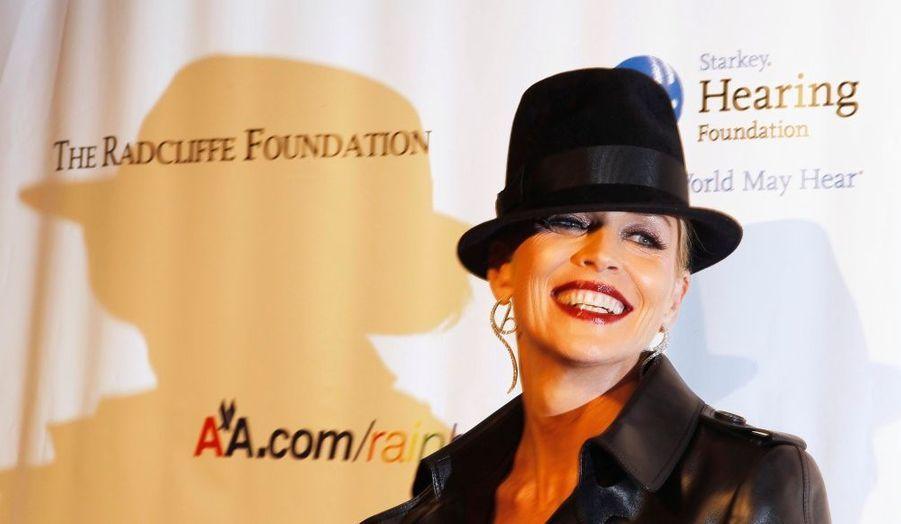 """Sharon Stone était hier soir à New York pour la soirée caritative """"An enduring vision"""", organisée par Elton John, et ayant pour but de récolter des fonds pour la lutte contre le sida. La belle quinquagénaire, qui assume toujours autant son âge, n'a à nouveau pas eu peur de jouer l'excentricité !"""