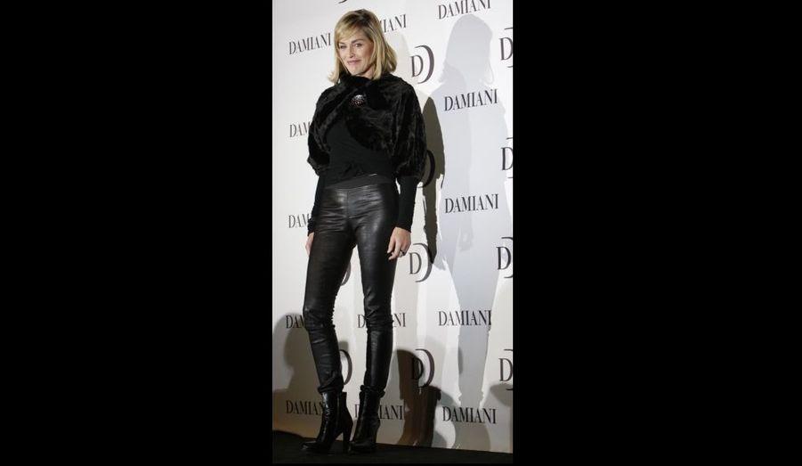 """Sharon Stone, qui décidément aime le noir et le cuir en ce moment, était hier à Tokyo à l'occasion d'une présentation du joallier Damiani, pour promouvoir sa propre collection, simplement appelée """"Sharon Stone Collection""""."""