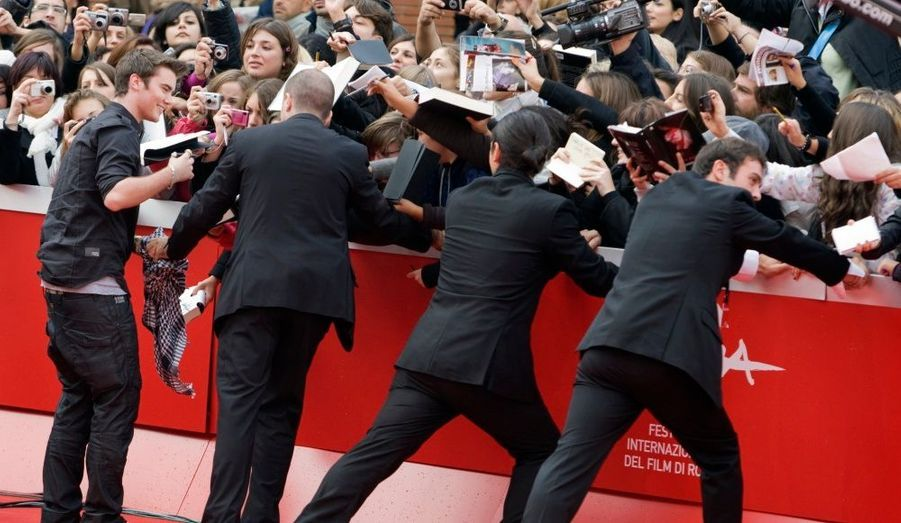 Les agents de sécurité ont le plus grand mal à stopper la vague de fans de Twilight, prête à se ruer sur Cameron Bright, un acteur de la saga.