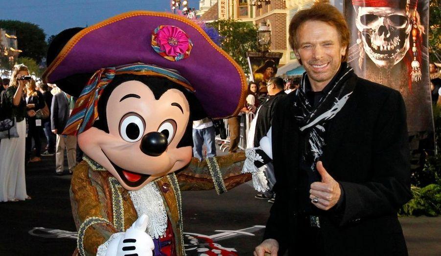C'est le quatrième Pirates des Caraïbes produit par Jerry Bruckheimer, qui pose ici devant un Mickey reconverti en pirate.