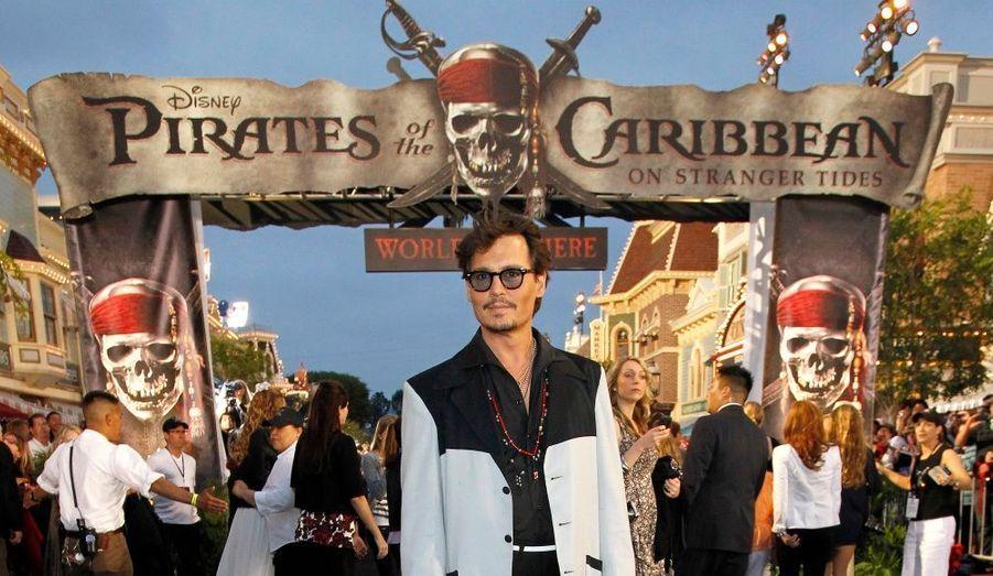 Le 18 mai prochain sort le quatrième volet des aventures de Jack Sparrow, Pirates des Caraïbes, la Fontaine de Jouvence. L'équipe au complet était réunie à l'avant-première du film, samedi 7 mai, au parc Disneyland d'Anaheim en Californie. Ici, l'acteur vedette de la série Johnny Depp, qui campe le rôle du fameux Capitaine Jack Sparrow