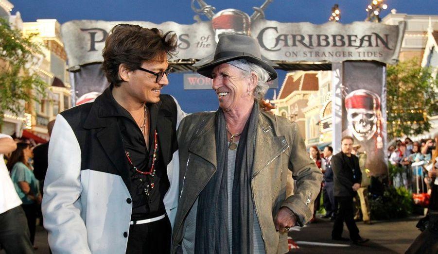 """Keith Richards (à droite) est le guitariste du groupe """"The Rolling Stones"""". Dans Pirates des Caraïbes, il devient le père de Jack Sparrow et maître de la confrérie des pirates."""