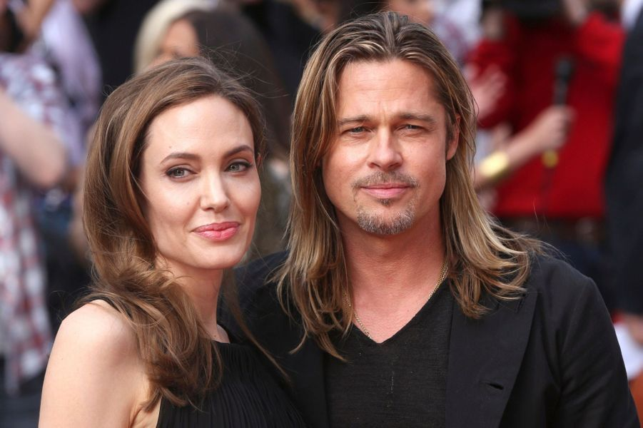 """Près de trois semaines après avoir révélé sa double mastectomie, Angelina Jolie a fait sa première apparition sur tapis rouge pour la première du nouveau film de Brad Pitt, """"World War Z"""", à Londres. L'actrice portait une robe Saint Laurent pour soutenir le père de ses enfants."""