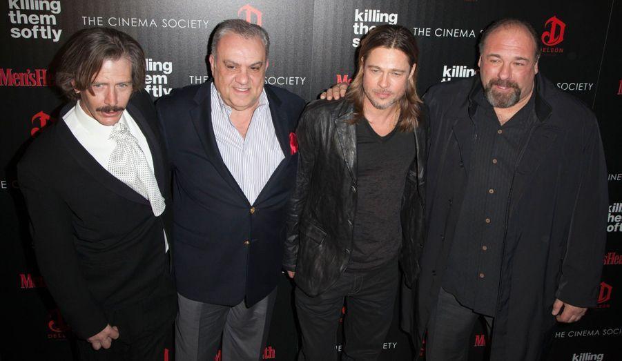 """Brad Pitt a fait le déplacement - sans Angelina Jolie- à l'occasion d'une projection de son dernier film, """"Cogan"""" (""""Killing them softly"""", en VO), réalisé par Andrew Dominik. L'acteur y incarne un tueur à gages, aux côtés de Ray Liotta et de James Gandolfini. Le film était par ailleurs nommé à Palme d'or à Cannes au printemps dernier. Retour en images sur cette soirée new-yorkaise. Ici, quatre membres du casting: Ben Mendelsohn, Vincent Curatola, Brad Pitt et James Gandolfini."""