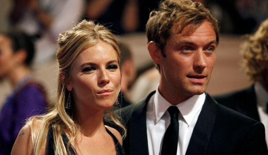 Ils se sont aimés, puis se sont quittés… et se sont aimés à nouveau. Jude Law et Sienna Miller ont vécu des hauts et des bas. Fiancés en 2005, ils se sont séparés après que l'acteur a annoncé avoir trompé sa compagne avec la nounou. Ne pouvant vivre loin l'un de l'autre, ils se sont remis ensemble en 2009 et ont définitivement rompu en 2011.