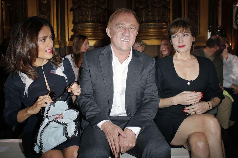 Salma Hayek, François-Henri Pinault et Marie-Josée Croze au défilé de Stella McCartney à Paris, le 29 septembre 2014.